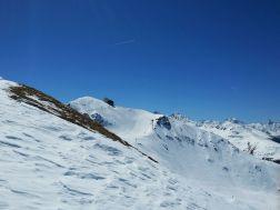 Blick vom Bräma-Büel hinüber zum winterlich verschneiten Jakobshorn Gipfel